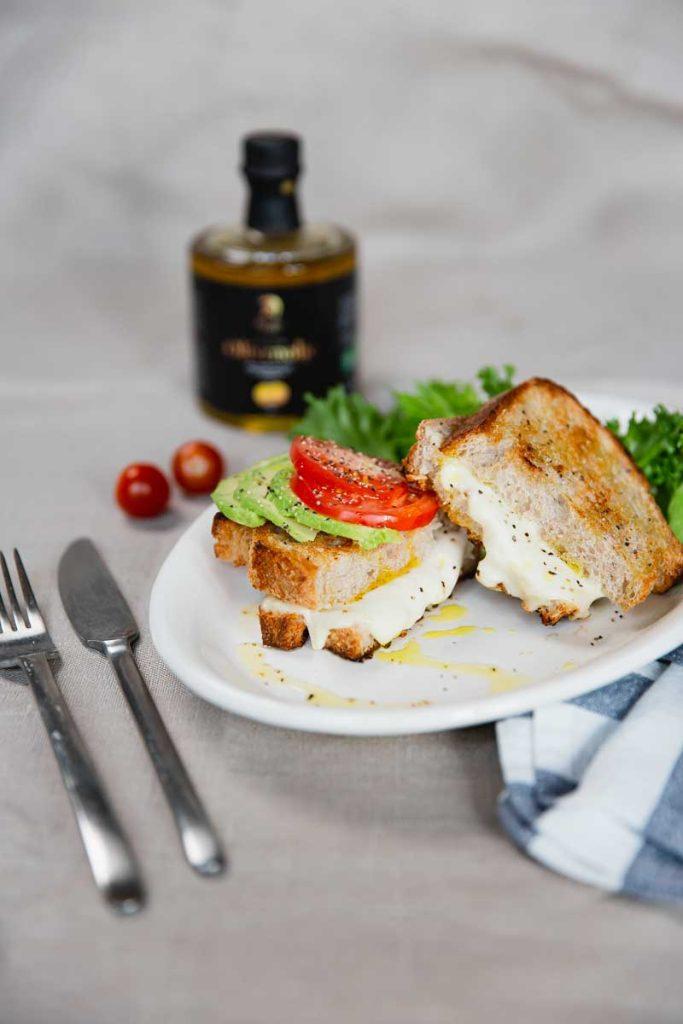 Et bilde av toast med mozzarella og tomat